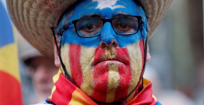 Una de las personas, con la cara pintada con los colores de la estelada, que ha acudido a apoyar a la presidenta del Parlament, Carme Forcadell, en su declaración en el Tribunal Superior de Justicia de Catalunya. REUTERS/Albert Gea