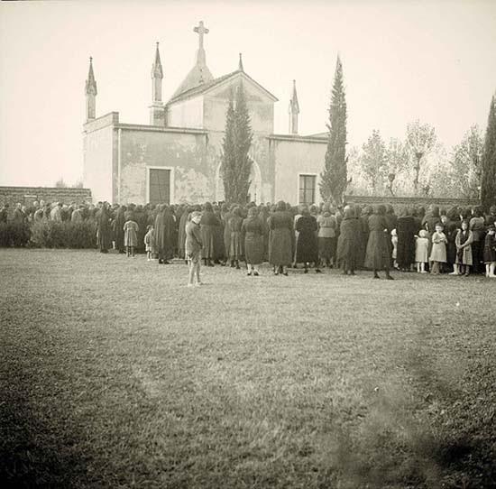 Olasz falusi templom, ünnepi mise