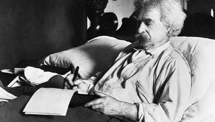Mark Twain escribiendo en la cama. Foto: Biblioteca del Congreso de los Estados Unidos (DP)