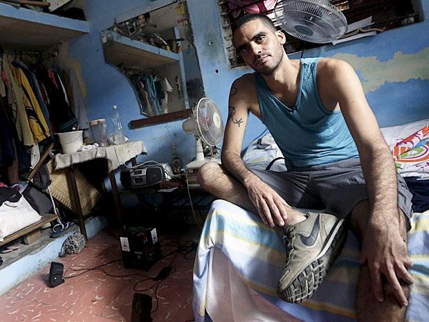 Grafiteiro Danilo Maldonado em casa nesta terça-feira (20) após ter sido libertado pelo governo de Cuba (Foto: Enrique de la Osa/Reuters)