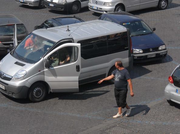 Un parcheggiatore abusivo a piazzale Clodio, Roma