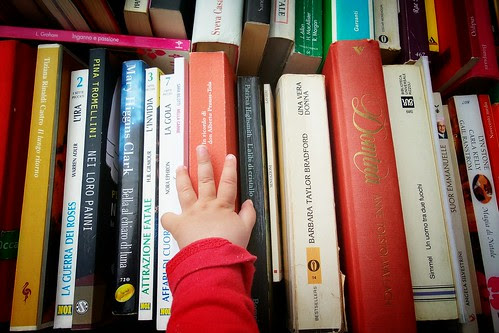 La scelta del #libro con una speciale #mano by Ylbert Durishti