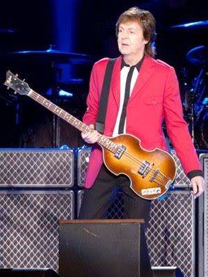 Paul toca baixo em show em Brasília (Foto: Fábio Tito/G1)