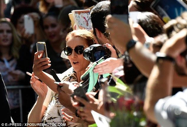 tempo selfie: E mostrando que ela é realmente uma mulher dedicada a seus fãs, Celine fez seu caminho para a multidão com um sorriso no rosto