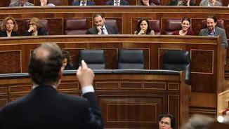 Rajoy dirigint-se a Iglesias durant la sessió de control al Congrés aquest matí (EFE)