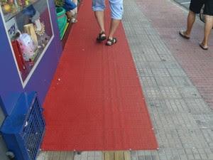 Loja coloca tapete em piso tátil em rua de Piracicaba (Foto: Fernanda Zanetti/G1)