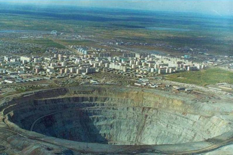 biggest-diamond-mine-ever-open-hole-mir-mirny