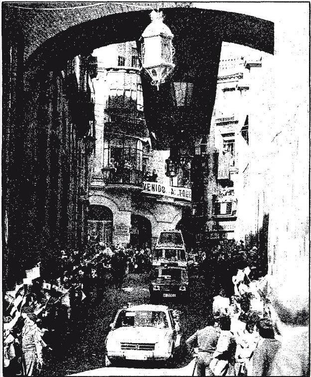 El Papamovil con Juan Pablo II desciende por Arco de Palacio. 4 de noviembre de 1982. Foto ABC
