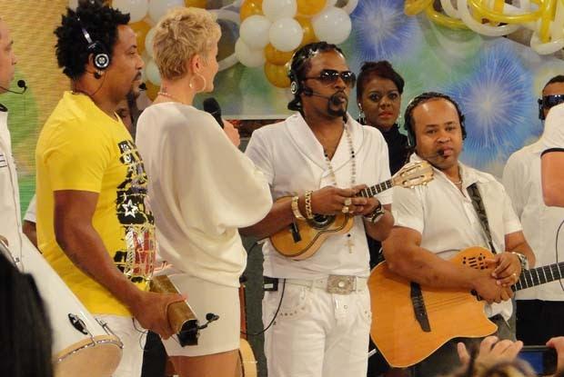 Xuxa recebe o grupo Revelação (Foto: TV Xuxa / TV Globo)