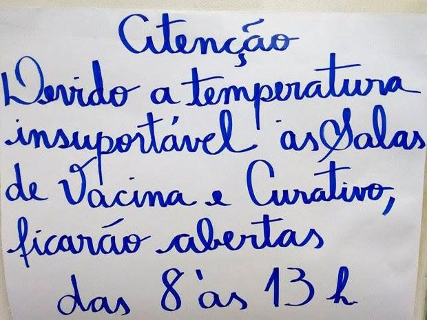 Funcionários de UBS em Guarujá, SP, colaram um aviso e pararam de atender devido ao calor (Foto: Camila Yokoyama Saibro/Arquivo Pessoal)