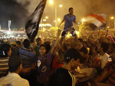 Seguidores del depuesto presidente egipcio Mohamed Mursi durante la noche del viernes. AMR DALSH/REUTERS
