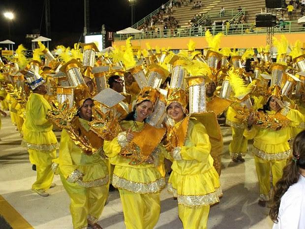 Componentes da escola Dragões do Império durante o desfile no Sambódromo (Foto: Anderson Silva /G1 AM)
