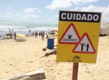 Placa colocada em praia de Natal alerta visitantes para risco de assalto