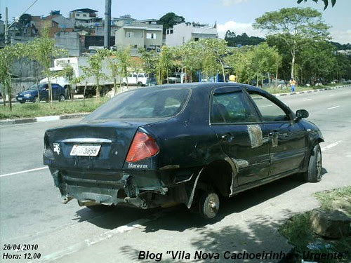 Carcaça de carro abandonada na Av. Inajar de Souza