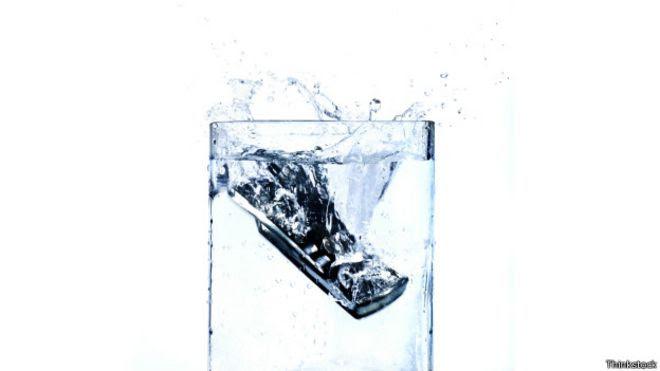 Celular en el agua