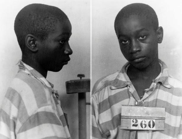 Em 1944, George Stinney, 14, foi julgado culpado pela morte de duas garotas brancas e executado em apenas 83 dias após o crime