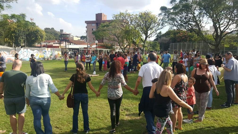 Amigos do casal e moradores da região realizaram um protesto contra homofobia neste sábado (15) (Foto: Everson Moreira/ RPC Curitiba)