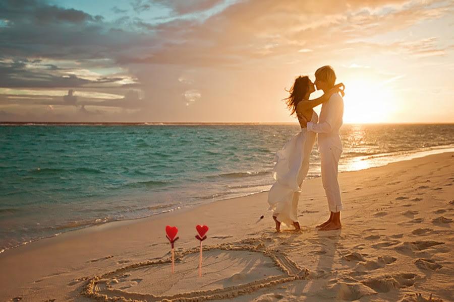 Pareja Enamorada Besándose En La Playa 71305