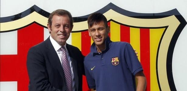 Presidente do Barcelona, Sandro Rosell, saúda Neymar na chegada do craque ao time catalão