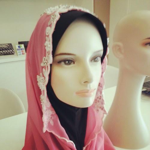 Tudung Siti pun ada dijual. RM200 harganya.