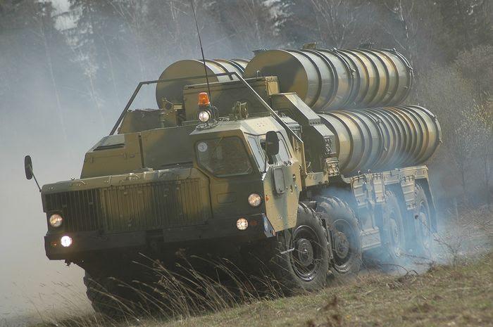 """Sistema de mísseis antiaéreos S-300 """"Favorito"""""""