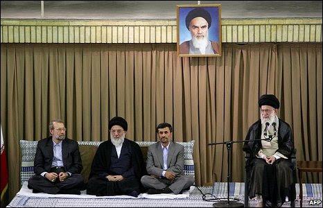 Iranian parliamentary speaker Ali Larijani, udiciary chief Ayatollah Mahmoud Hashemi Shahrudi, President Mahmoud Ahmadinejad and supreme leader Ayatollah Ali Khamenei in Iran (20 July 2009)
