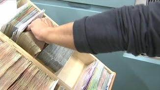 Un treballador d'un banc classificant bitllets