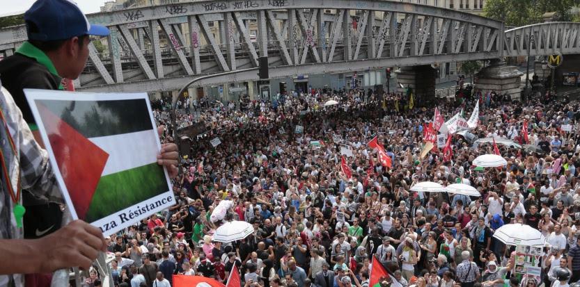 Plusieurs milliers de sympathisants pro-palestiniens ont bravé l'interdiction de manifester, samedi 19 juillet à Paris. Le rassemblement a rapidement dégénéré en affrontements avec les forces de l'ordre autour du métro Barbès-Rochechouart. (AFP PHOTO/JACQUES DEMARTHON)