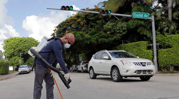 Nhân viên y tế xịt thuốc chống muỗi tại Miami Beach, Florida. (Hình: AP Photo/Alan Diaz)