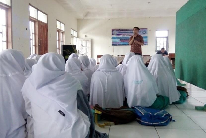 Dosen AMIK BSI Tasikmalaya, Bambang Kelana memberikan pembekalan berwirausaha bagi santri Ponpes Daarul Mutta'alamin.
