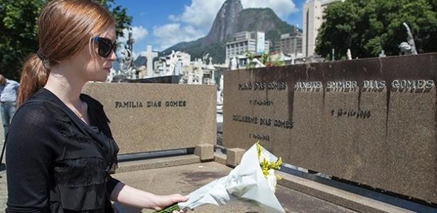 """Atriz de """"Império"""" homenageou a legendária escritora Janete Clair com flores"""