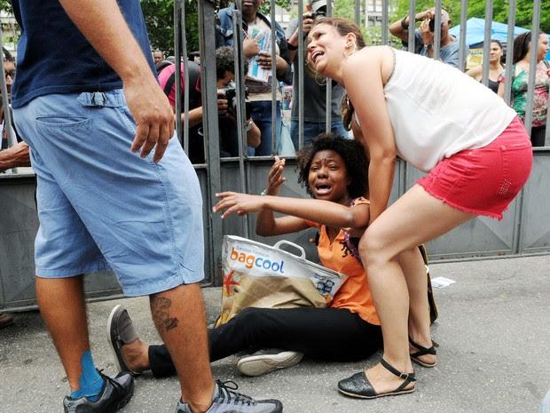 Desperada, jovem se jogou no chão pedindo para entrar na Uerj (Foto: Alexandre Durão/G1)