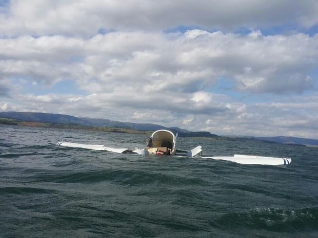 Avião monomotor cai no Lago de Furnas, na região de Guapé, no Sul de Minas (Foto: Corpo de Bombeiros)
