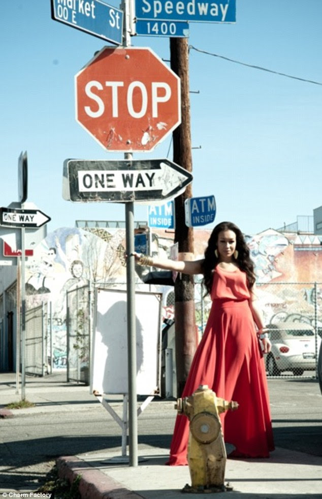 Mostrando o caminho: Rebecca Ferguson coloca em uma esquina em uma cena do vídeo de seu novo single Too Good To Lose