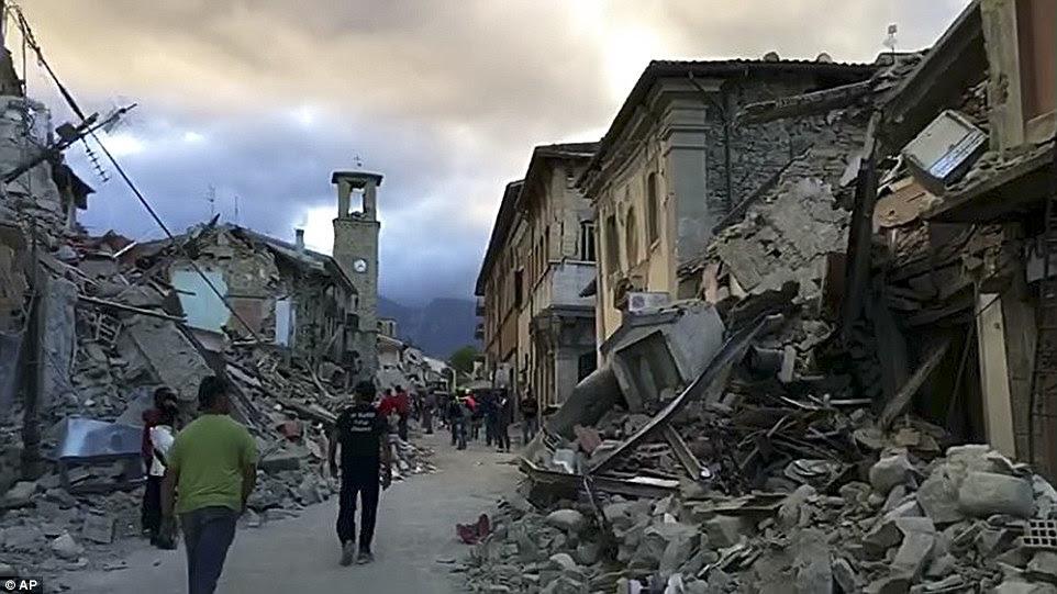 Aftermath: Moradores de Amatrice no centro da Itália foi deixada em ruínas durante a noite em um terremoto que sacudiu áreas de até 100 milhas de distância, incluindo Roma
