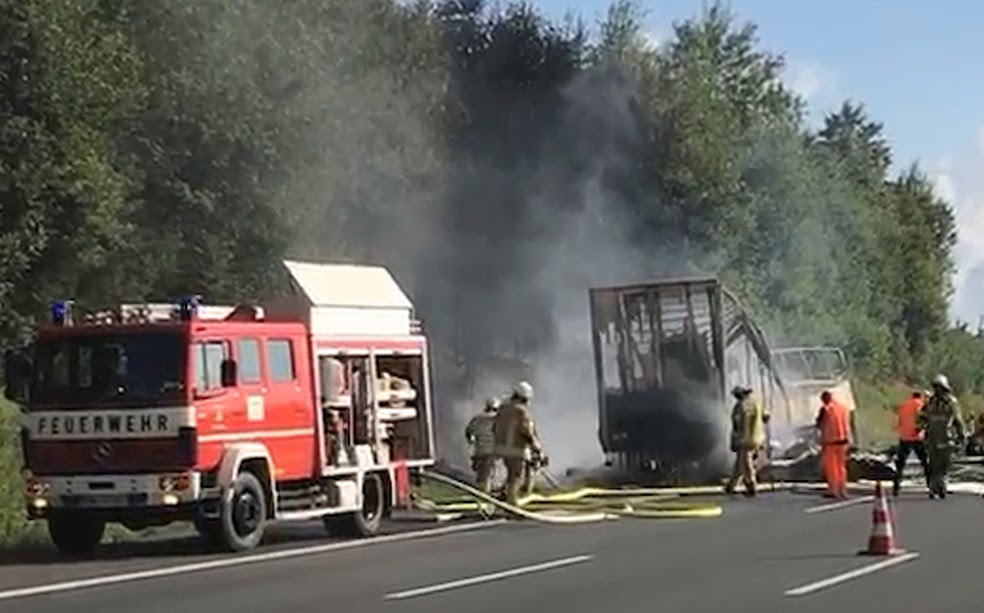 Bombeiros trabalham para apagar o incêndio do ônibus em que estavam 48 pessoas (Foto: News 5/Reuters)