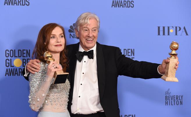 La actriz Isabelle Huppert ganó el Globo de Oro por su actuación en 'Elle', donde su director Paul Verhoeven también resultó premiado por ser la mejor película extranjera