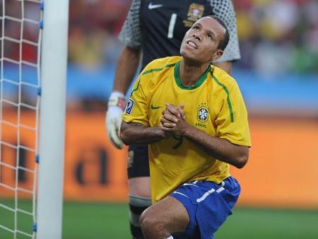 Sem Kaká e Robinho por perto, Luís Fabiano fica perdido em campo e  lamenta única chance que teve na partida, em uma cabeçada
