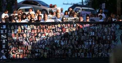 Moradores da cidade gaúcha de Santa Maria fazem procissão e montam painel com fotos das vítimas do incêndio na boate kiss foto: Macedo/Agencia RBS (Macedo/Agencia RBS)