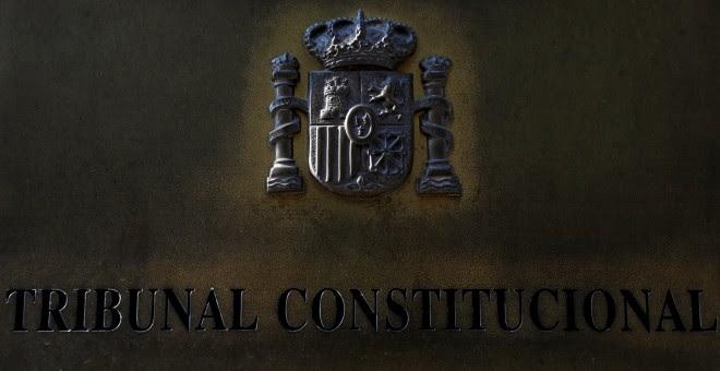 Placa con el escudo de España a la entrada de la sede del Tribunal Constitucional. REUTERS/Susana Vera