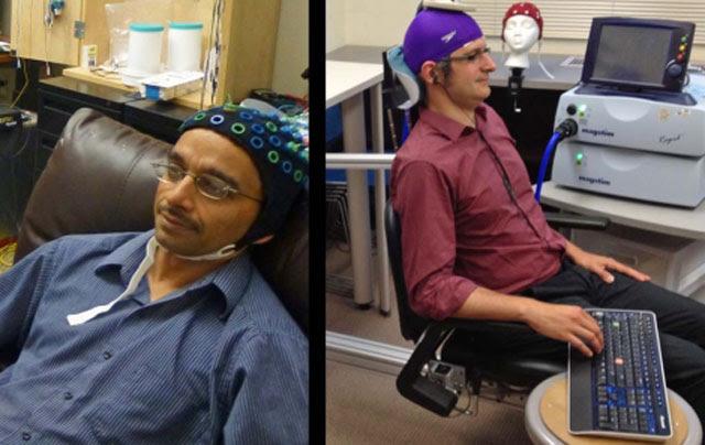 Rajesh Rao (izquierda), con electrodos en cabeza, emite una señal cerebral que se transmite por la web y mueve el dedo de Andrea Stocco. | Universidad de Washington