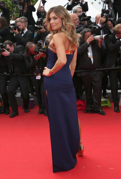 Grazi Massafera mostrou seu charme em vestido longo azul marinho. Detalhe para o olhar da atriz, que caprichou no delineador