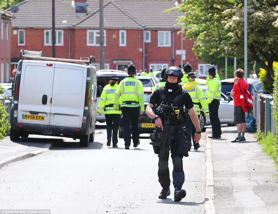 Um grande número de policiais - incluindo oficiais armados - realizou uma incursão em uma casa na área de Fallowfield da cidade hoje