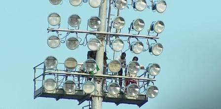 Até os refletores serviram para os torcedores assistirem ao craque
