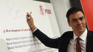 Pedro Sánchez firmant les seves propostes electorals que ha presentat a Madrid (EFE)
