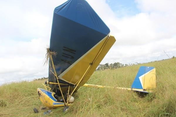 Piloto de ultraleve fez pouso forçado no domingo, em Ariquemes (Foto: Ivon Camilo/Alerta Notícias)