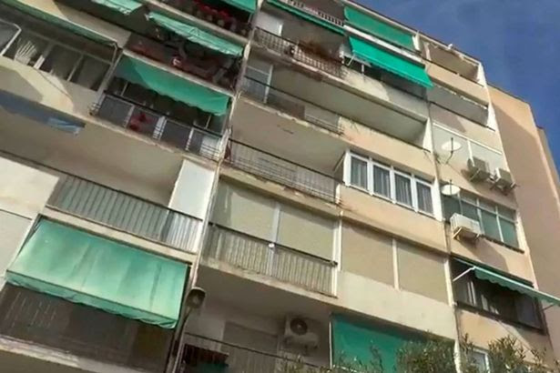 An OAP died whilst sitting on a bench after being hit by a woman who jumped from a seventh-floor balcony and survived in Alicante