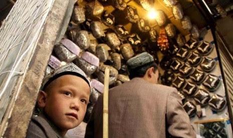 http://static.republika.co.id/uploads/images/detailnews/bocah-uighur-saat-membantu-ayahnya-berjualan-kopiah-di-kota-_120613205547-639.jpg
