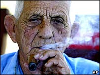 Cubano fumando cigarro.