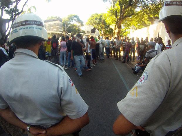 Manifestantes mantêm protesto perto da barreira policial (Foto: Ruan Melo/ G1)